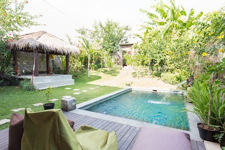 Vibrant Violet Room in North Canggu - Villa