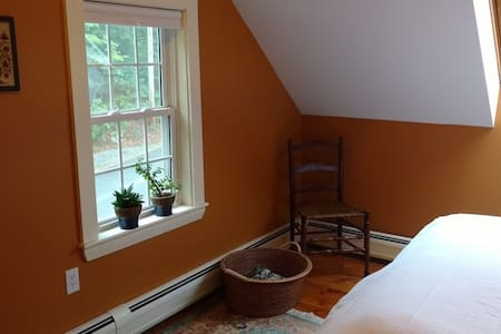Cozy Room in Antique Farm House - Deerfield - House