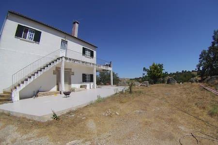 Remote Farm House with Vast Property near Almeida - Almeida - Casa de camp