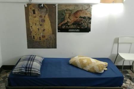 Posto letto in salotto in casa universitaria - Bologna