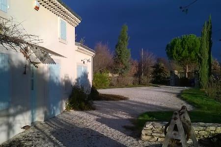Maison provencale sur la plaine d'Eurre - Dům
