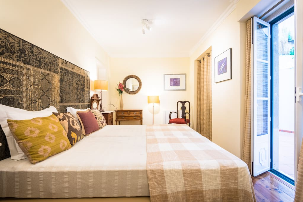 Double room with 2 beds that can turn into a queen size.