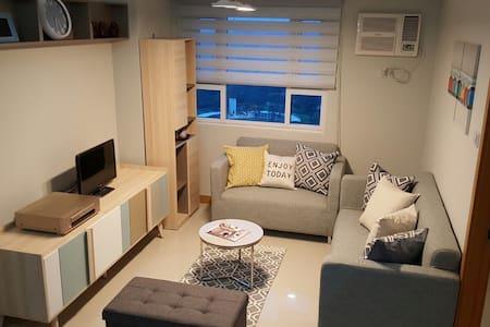 Modern 1BR @BGC Fort Great value - Condominium