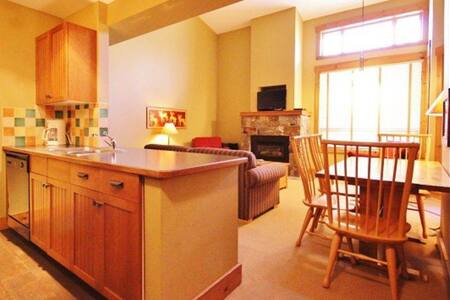 On Hill, 2-Bedroom Condo, Sleeps 6 - Condominium
