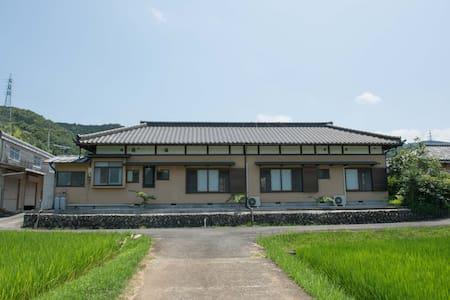 日本らしい建物の中にある和モダンなベッドルーム - House