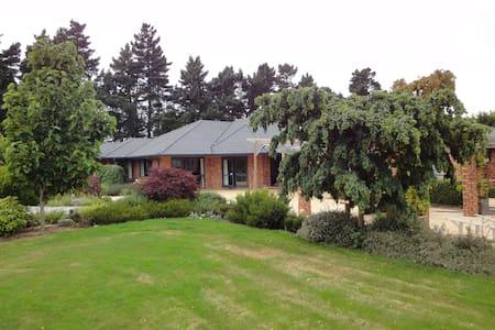 Kirwee Guest House Red Room - Bed & Breakfast