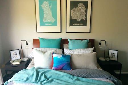 Private Upstairs Bedroom & Ensuite - Hus