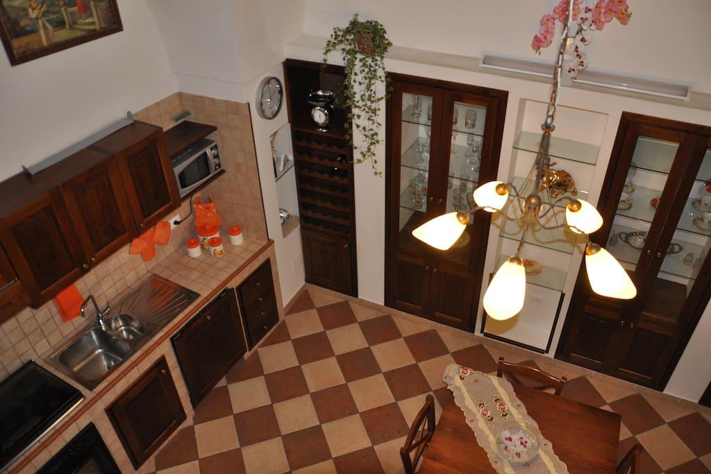 zona living con angolo cottura, tavolo, divano