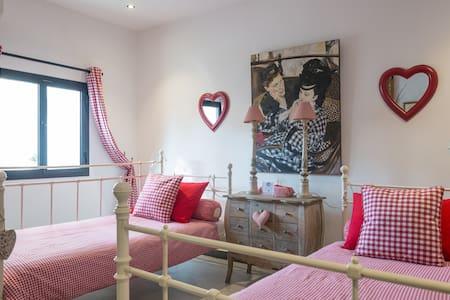 Jumeira Beach Red Bedroom - Dubai - House
