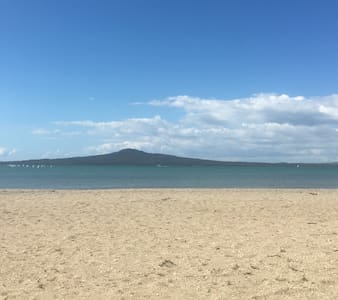 Stunning location 100m from Beach - Auckland