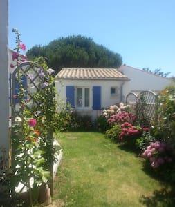 Petite maison dans un joli jardin - Guesthouse