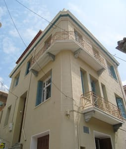 3 Storey original Greek home with stunning views - Dom