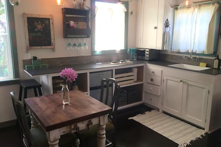 Eco-Chic Buttermilk Cottage - Arcata