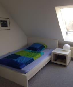 Großes Zimmer - eigenes Bad mit WC - Bayreuth - House