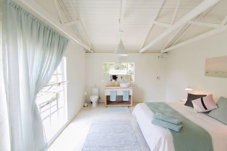 Sunny, Clean + Spacious Apartment - Northcliff/Randburg - Appartamento