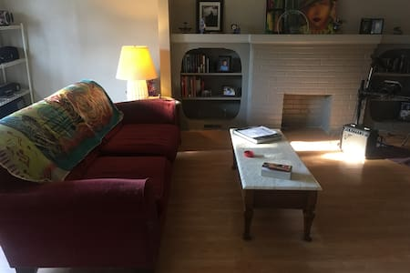 Clean, safe, Relaxing share off Delaware & Hertel! - Wohnung