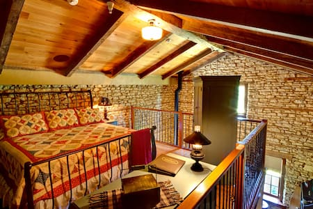 1858 Limestone Loft | King Suite - Rockton - Pousada