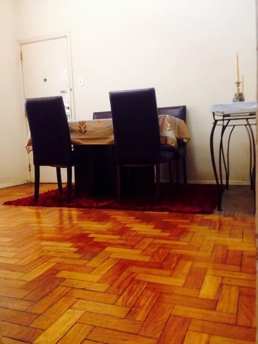 Sala ampla/ Mesa 4 lugares