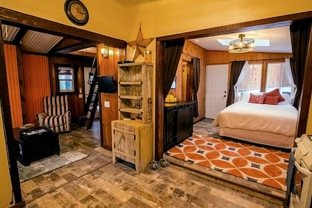 Upscale, private, fully renovated, artist designed - Idyllwild-Pine Cove - 独立屋