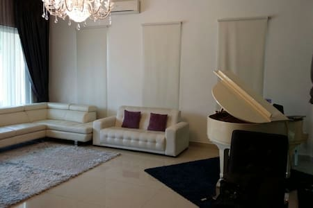 Private Room With Own Bathroom and Living Room - Shah Alam - Bungalow
