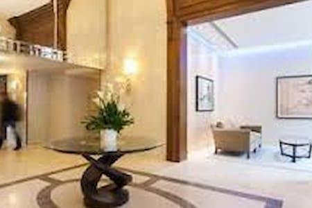 Luxury 2 bed 2 bath & balcony Free Indoor Parking - Montréal - Apartment