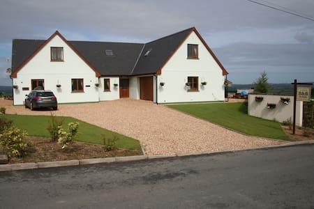 Golygfa'r Mynydd, Bancyffordd, Llandysul SA44 4RZ - Bed & Breakfast