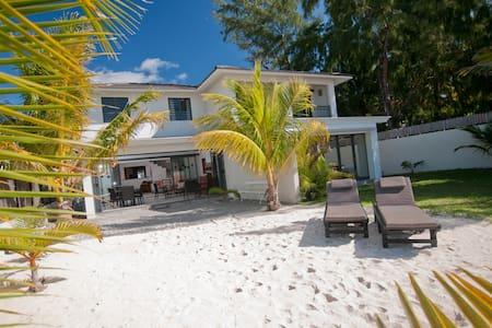 VILLA LE BONHEUR ON PARADISE BEACH - Bungaló