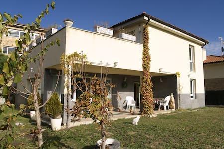 Esplendida habitacion - Inmediaciones de Pamplona - House