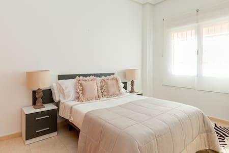 SWIMMINGPOOL, GARAGE, AIRCO AND WIFI - Apartament