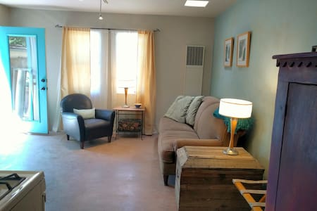 Sunny Adobe Studio w/Private Courtyard near Plaza - Santa Fe - Apartment