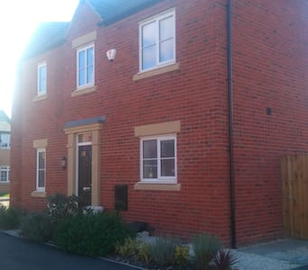Cosy double bedroom in newly built house - Bedford  - Casa