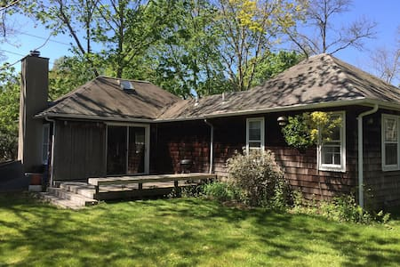 Sunny & Serene Private Cottage near Downtown EH - East Hampton - House