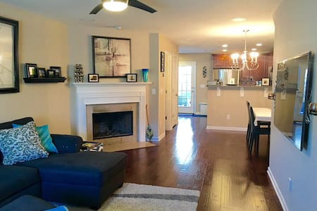 New townhome minutes from Airport - Casa