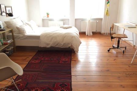 Bright 24 m2. room in Kastanienalle - Berlin - Apartment