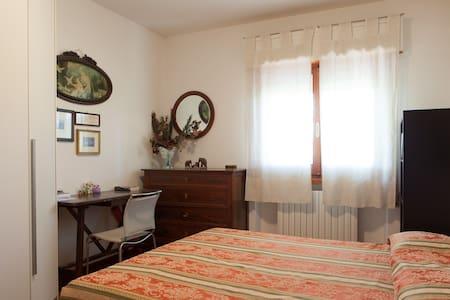 Stanza matrimoniale luminosa e silenziosa - Foligno - House