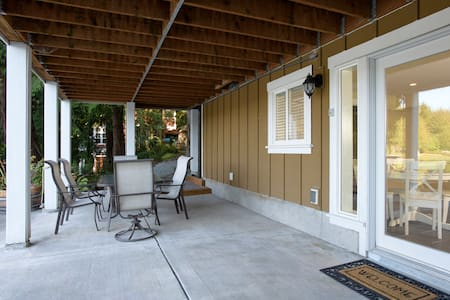 Serene private lakefront apartment in Redmond - Redmond - Hus