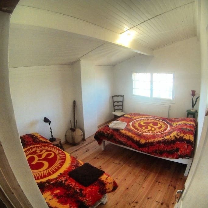 """""""Om"""" Bedroom 1, double bed plus one single (apartment)"""