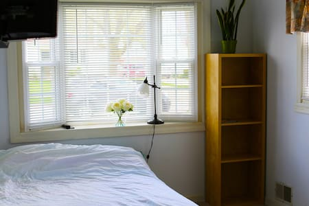 Private Sunny Bedroom - Des Plaines - House