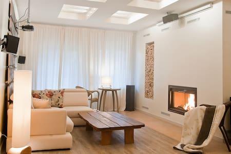Уютный трехэтажный дом в Морском! - Townhouse