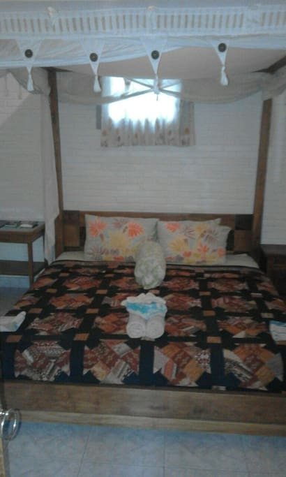4 poast teak wood queen size bed with mosquito net.