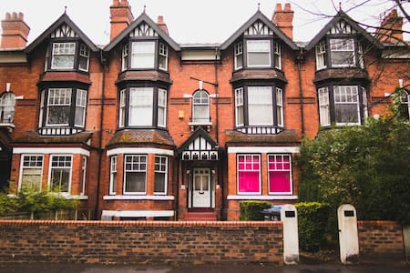 2 Bed Flat with Parking in Trendy West Didsbury - Manchester