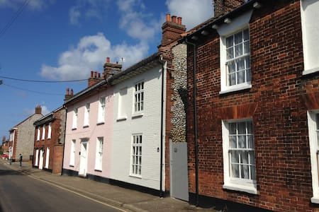 Beautifully Renovated Cottage, New Street, Holt - Hus