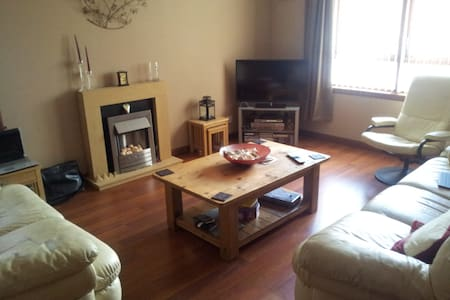 Spacious/modern, 2 bedroom flat in town centre - Apartment