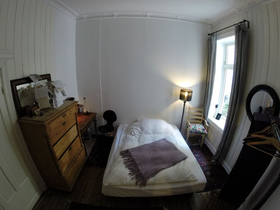 Spacious room with high ceilings and lovely double bed.(160cm.)