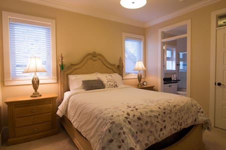Queen Bedroom with Ensuite Bathroom - Richmond - House