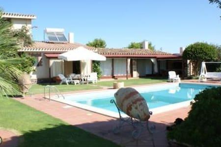 Monolocale di 70 mq con piscina. - Calasetta - Apartamento