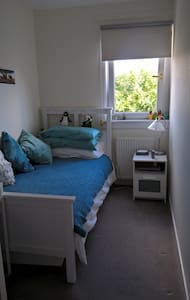 Bright, quiet single room, own sitting room & TV - Edinburgh