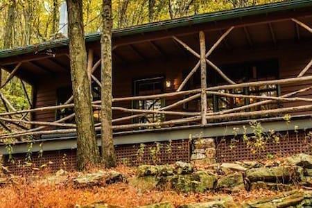 Cozy Appalachian Trail Cottage - Ház
