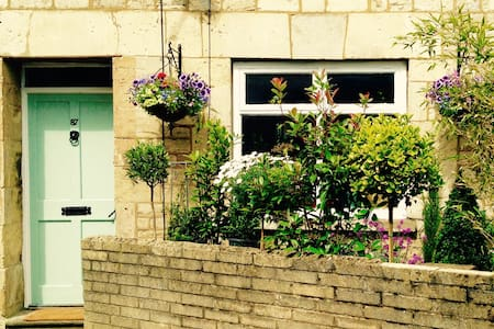 Central Cirencester,  Ensuite Room, Corner Cottage - House