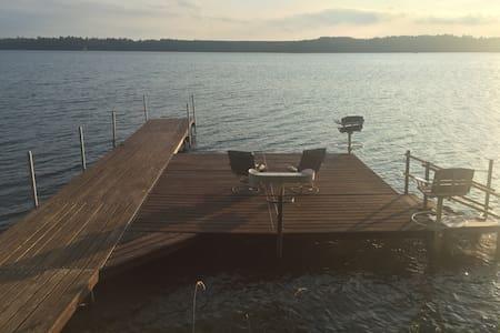 Northwoods Cabin on lake; fish swim, relax - Haus